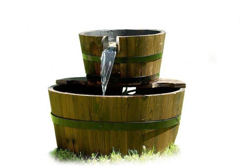 Zahradní kašna - fontána se dvěma dřevěnými vědry