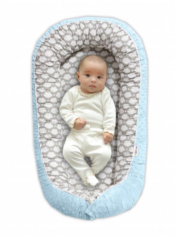 Baby Nellys Maxi oboustranné hnízdečko s minky pro miminko Mráčky v šedé/sv.modrá