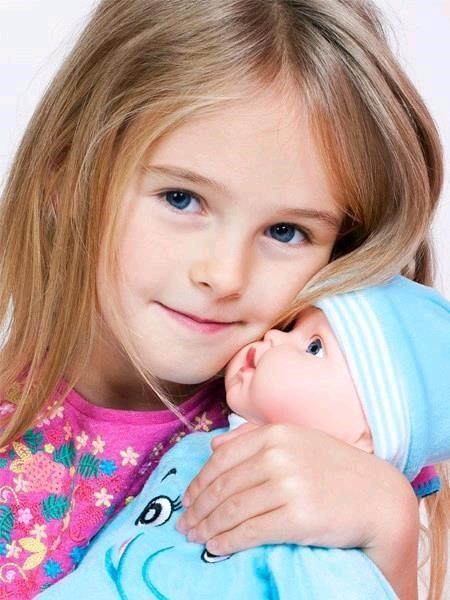 Maďarsky mluvící a zpívající dětská panenka PlayTo Julie 46 cm - růžová