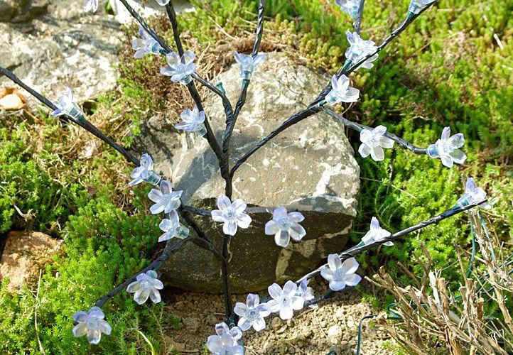 zahradni-kvetinovy-strom-garth-s-36-led-diodami-a-solarnim-panelem-teple-bile-led-diody