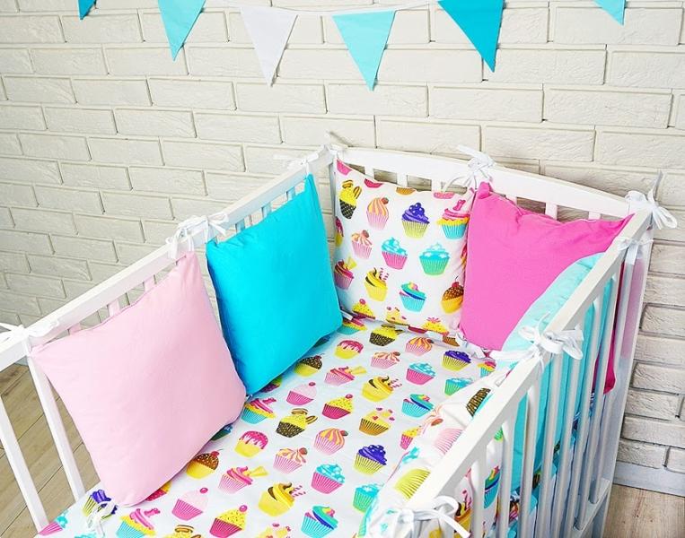 baby-nellys-polstarkovy-mantinel-s-povlecenim-sladkosti-ruzova-modra-120x90
