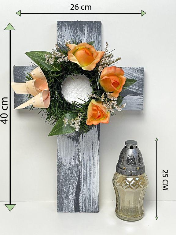 Kříž se svíčkou a umělou květinou v oranžové barvě