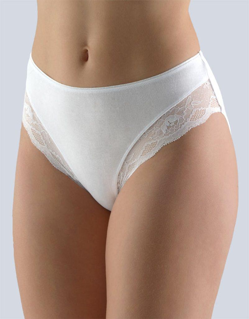 GINA dámské kalhotky klasické, širší bok, šité, s krajkou, jednobarevné Sensuality 10219P - bílá