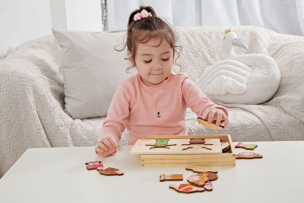 Teddies Dřevěná vkládačka/puzzle - šatník holka/kluk