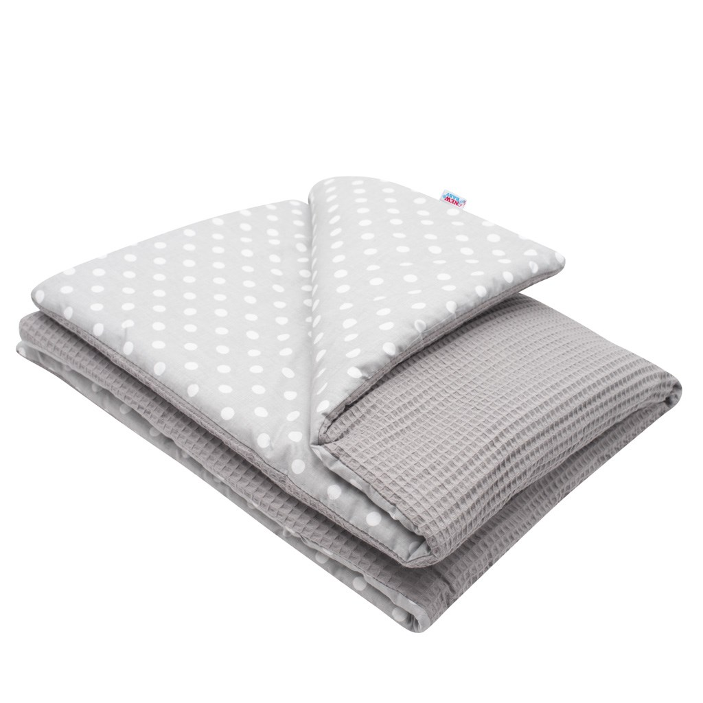 Dětská deka s výplní New Baby Vafle s bílými puntíky 80x102 cm - šedá