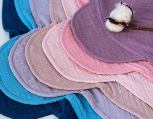 Baby Nellys Lehký mušelínový šátek s kšiltem na zavazování + mašle, modrý - univerzální