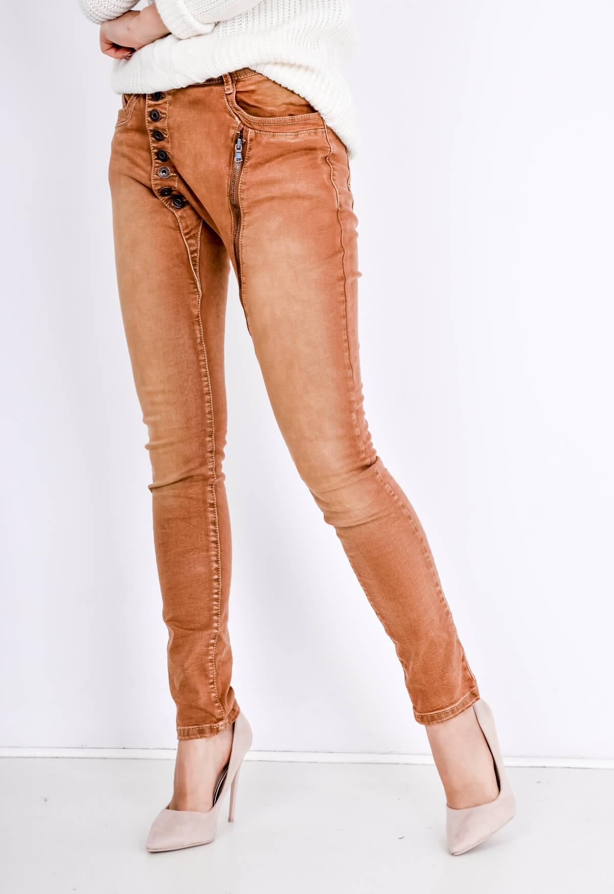Barevné jeansy s osmi knoflíky