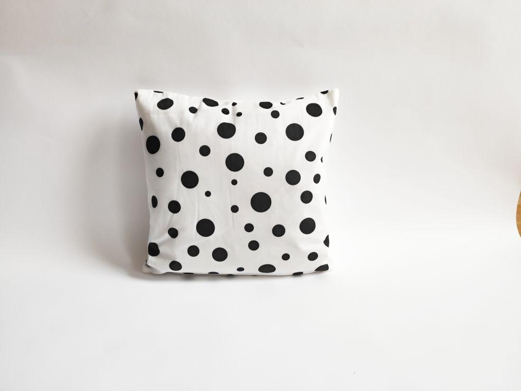 Povlak na polštář Black, 45 x 45 cm, puntíky