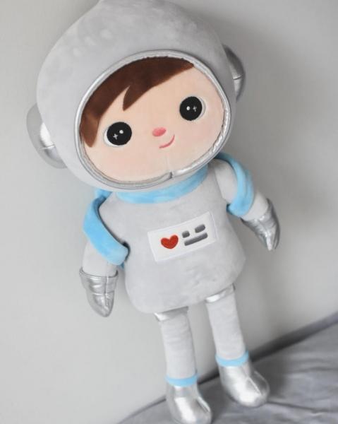 hadrova-panenka-metoo-kosmonaut-seda