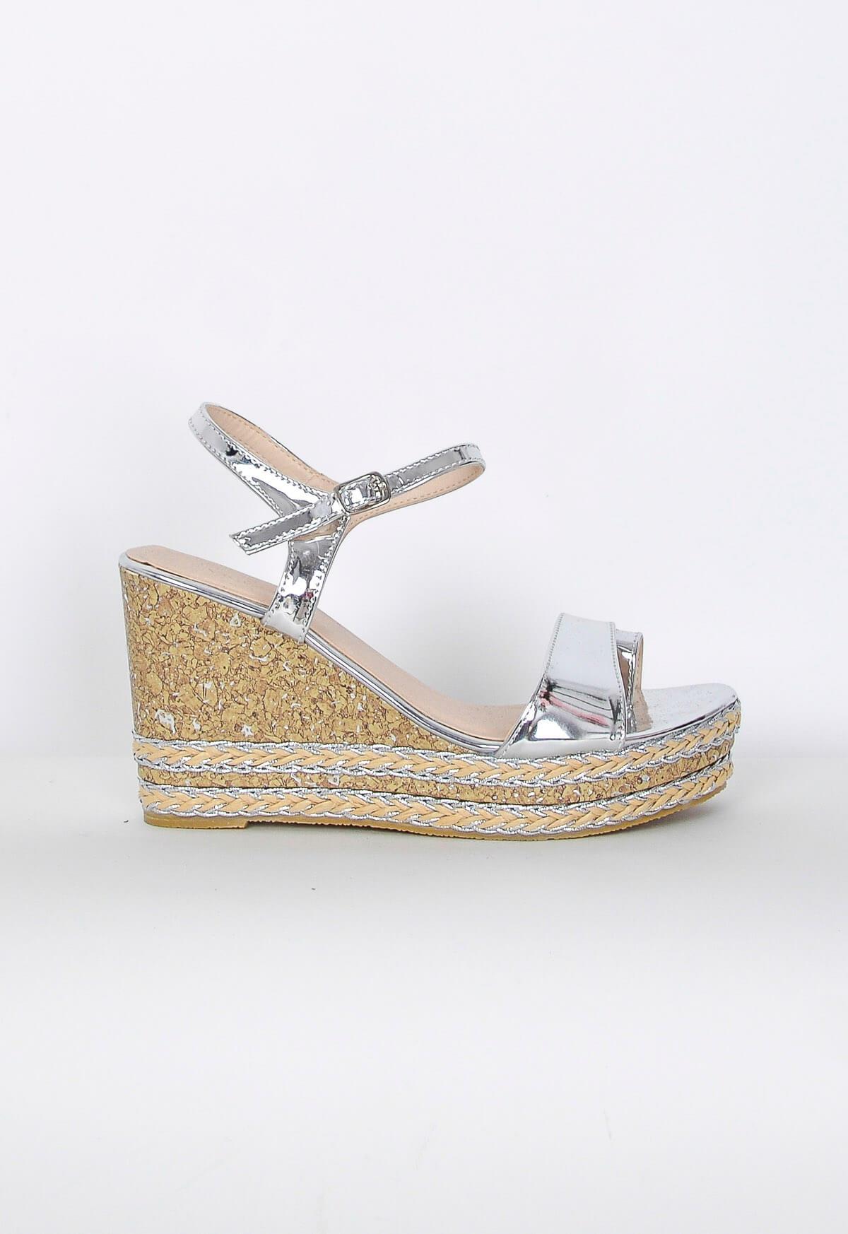 Lesklé sandály na klínku