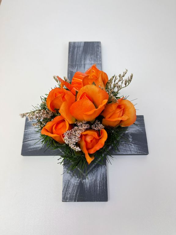 Kříž s umělou květinou v oranžové barvě, 40 x 26 x 17 cm