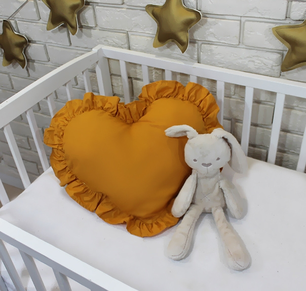 baby-nellys-dekoracni-oboustranny-polstarek-srdce-45-x-40-cm-horcicove