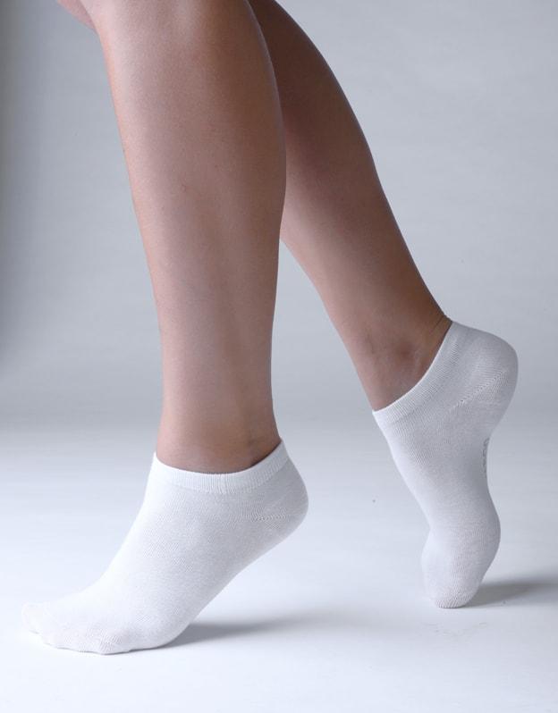 GINA dámské ponožky kotníčkové, bezešvé, jednobarevné Bambusové ponožky 82005P - bílá